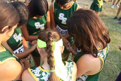 Varsity girls praying before the race